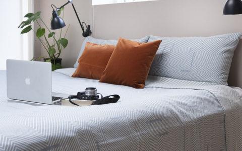 Hotelstemning i soveværelset! Skønt sengetæppe fra danske SemiBasic